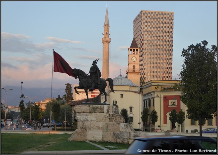 Tirana mosquee statue