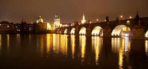 Noel à Prague de nuit sur la Vltava