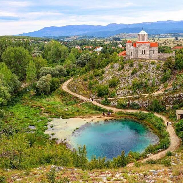 source cetina village et église orthodoxe