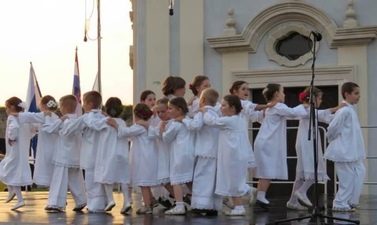 Slavonski Brod ronde des enfants lors de la saint Etienne