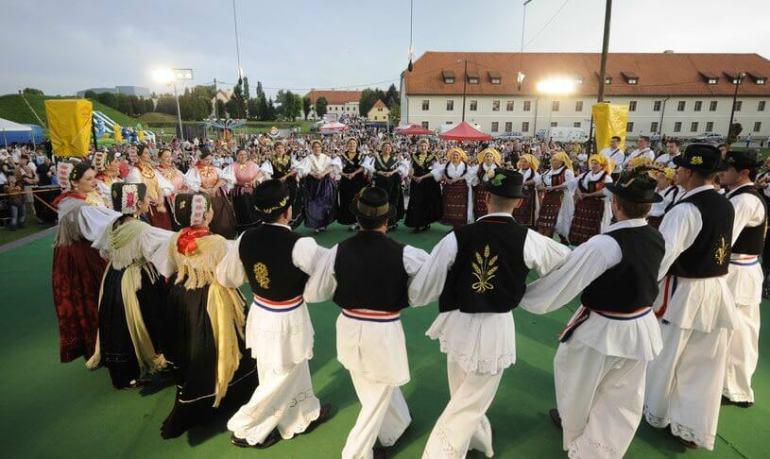 Slavonski Brod ronde folklorique de la saint Etienne