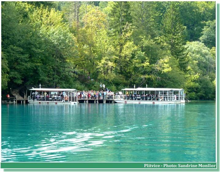 Bateaux sur le lac Kozjak à Plitvice