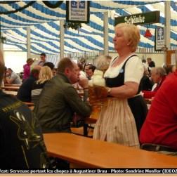 Fruhlingsfest de Munich serveuse apportant la Bière d'Augustiner Brau