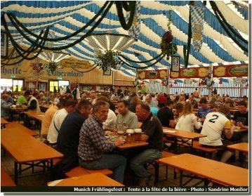 Munich Fruhlingsfest repas et biere sous la tente