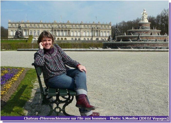 Sandrine posant devant le chateau Herrenchiemsee en Haute Baviere