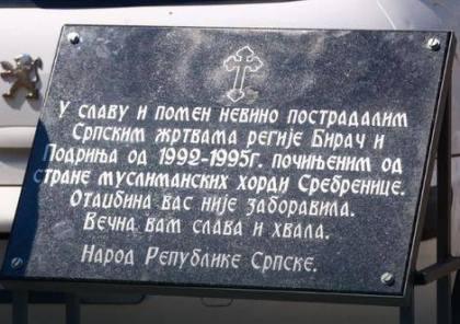 plaque hommage aux victimes serbes à Srebrenica