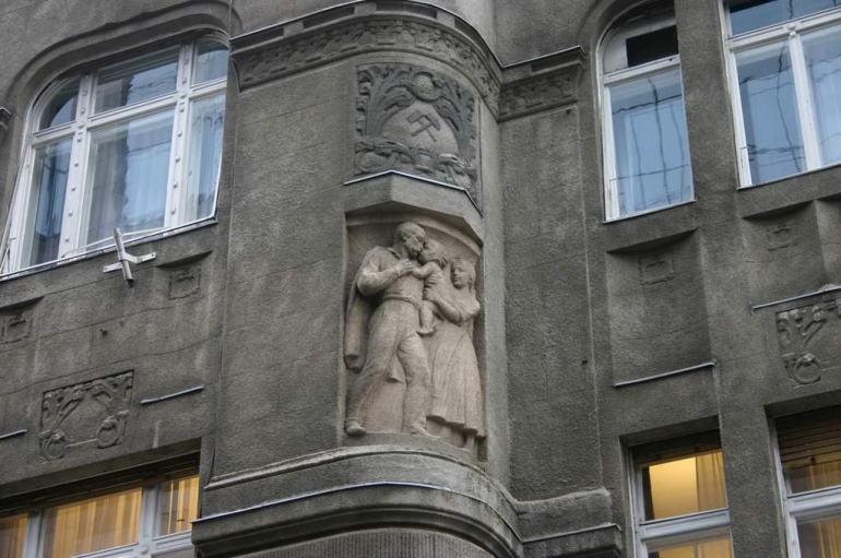 Budapest Munkas Façade avec une sculpture de travailleur