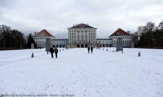 Chateau Nymphenburg visiteurs en hiver dans les jardins