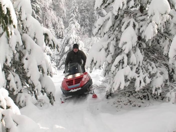 Moto neige dans les montagnes des environs de Korenica en hiver
