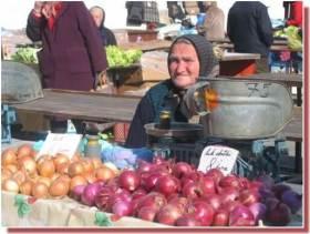 Zagreb Marché de Dolac vieille femme vendant des oignons