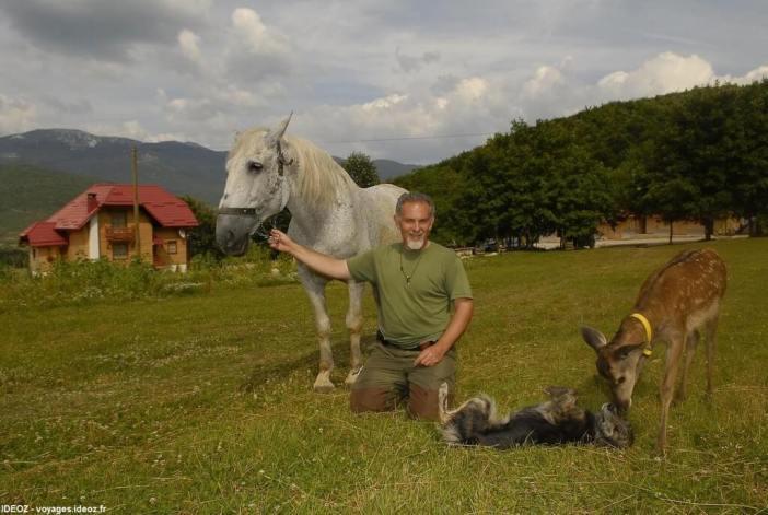 Branko Sokac avec un faon un cheval