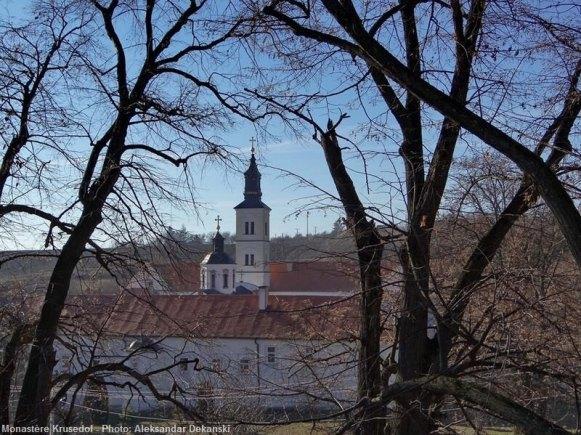 Monastère Krusedol derrière les branchages