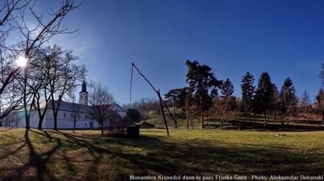 Monastère de Krusedol parc et puits