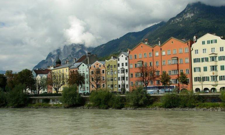 Innsbruck maisons sur les bords de l'Inn