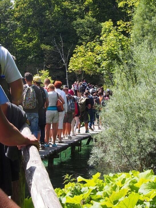 plitvice sentiers envahis de touristes en été