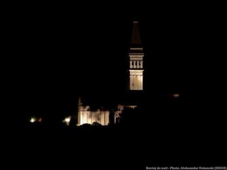 Clocher de l'église de Rovinj de nuit