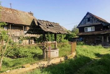 Lonjsko Polje maison traditionnelle puits