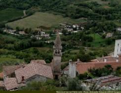 Motovun vue sur un clocher et des toits