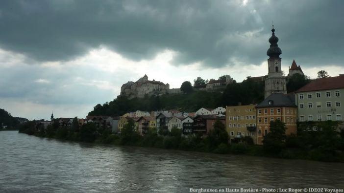 Burghausen en Bavière sous un ciel nuageux
