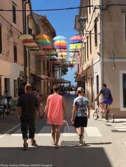 Parapluies colorés dans une rue de Novigrad