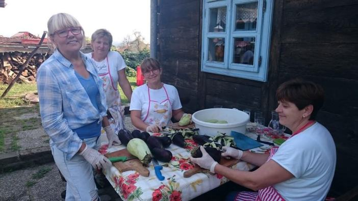 Ajvar éplucher les aubergines