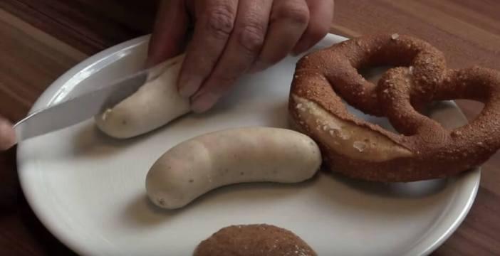 Couper en 2 la weisswurst saucissse blanche bavaroise