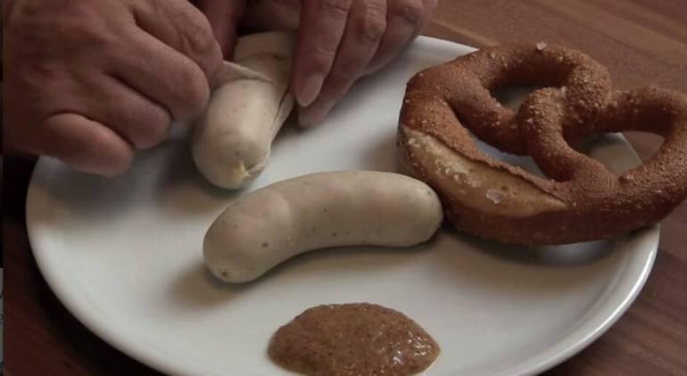 Retirer la peau de la weisswurst à Munich