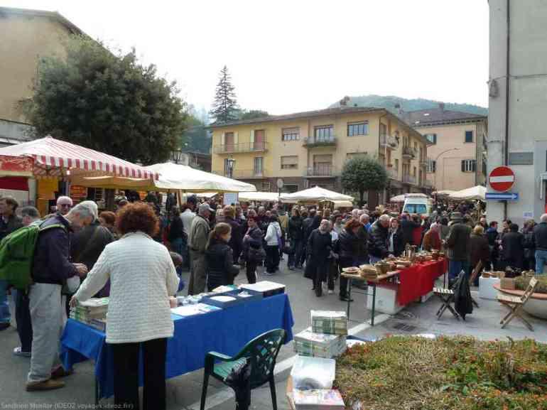 Foule dès l'entrée de la fête du marron de Marradi en Toscane