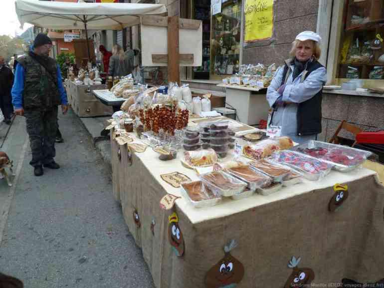 Vente de spécialités et gateaux au marron à Marradi lors de la fête de la chataigne