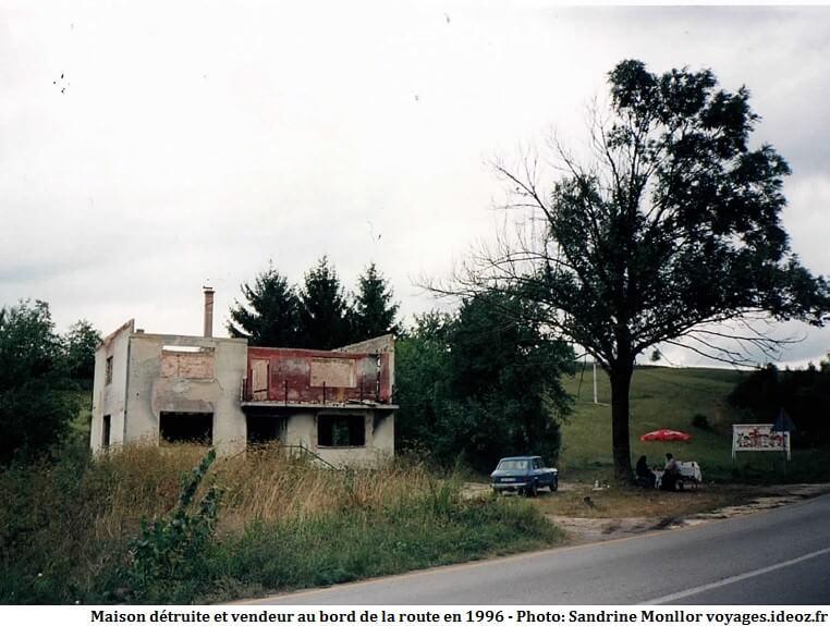 Maison détruite pendant la guerre de Croatie et vendeur en bord de route en 1996