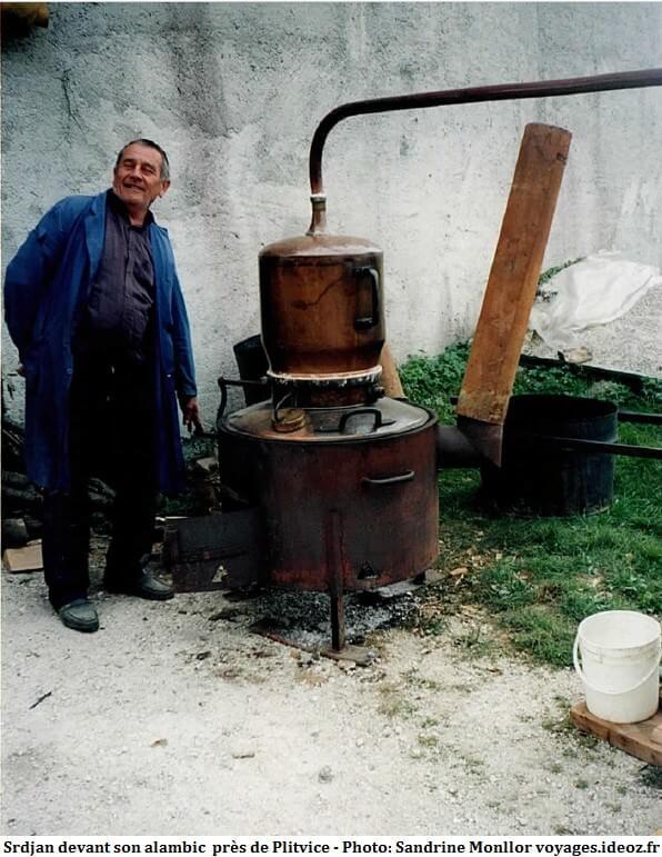 Srdjan devant son alambic pour préparer le rakija en Croatie