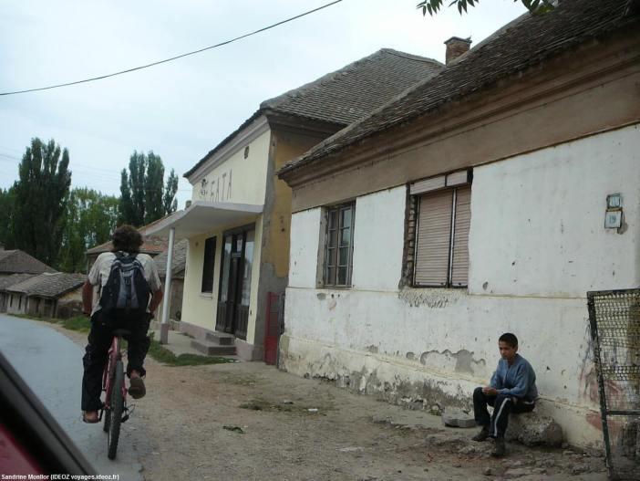 Jeune tzigane assis près de la route dans un village de Serbie centrale
