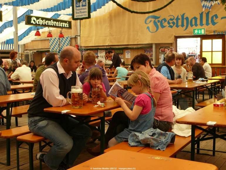 Festhalle Bayernland Augustiner Brau en famille pendant la fête de la bière de printemps de Munich