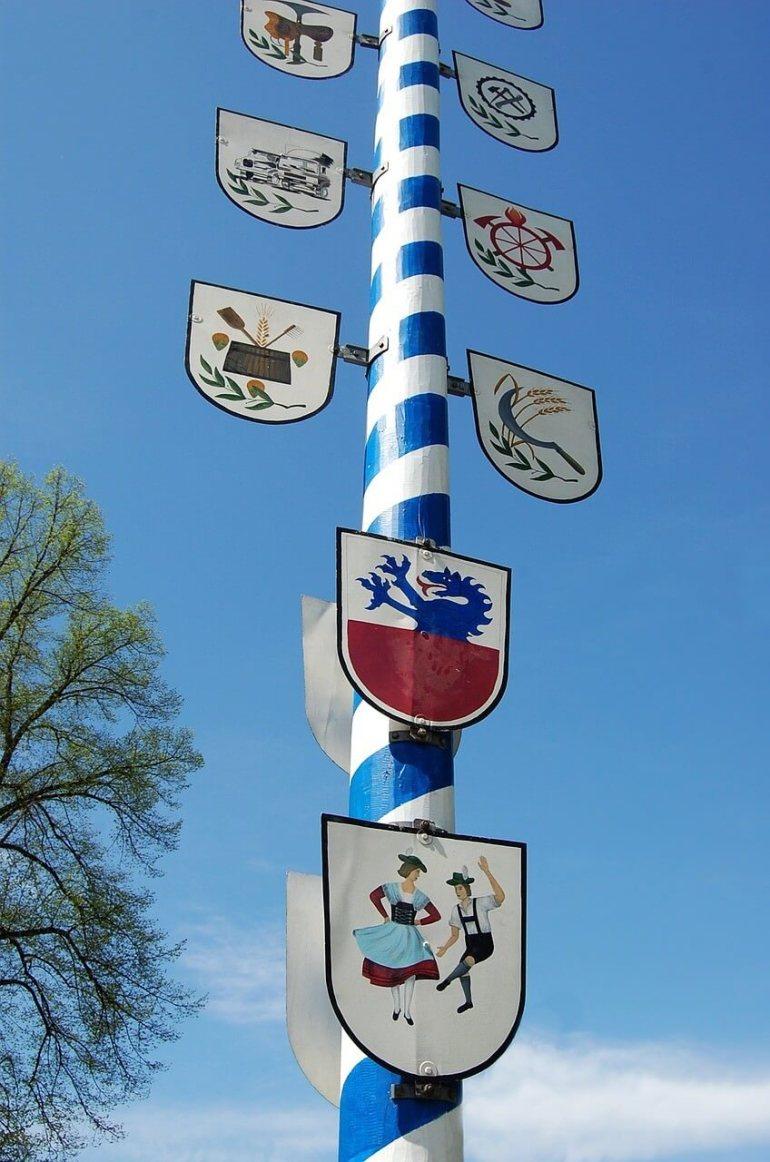 Emblèmes sur un Maibaum bavarois