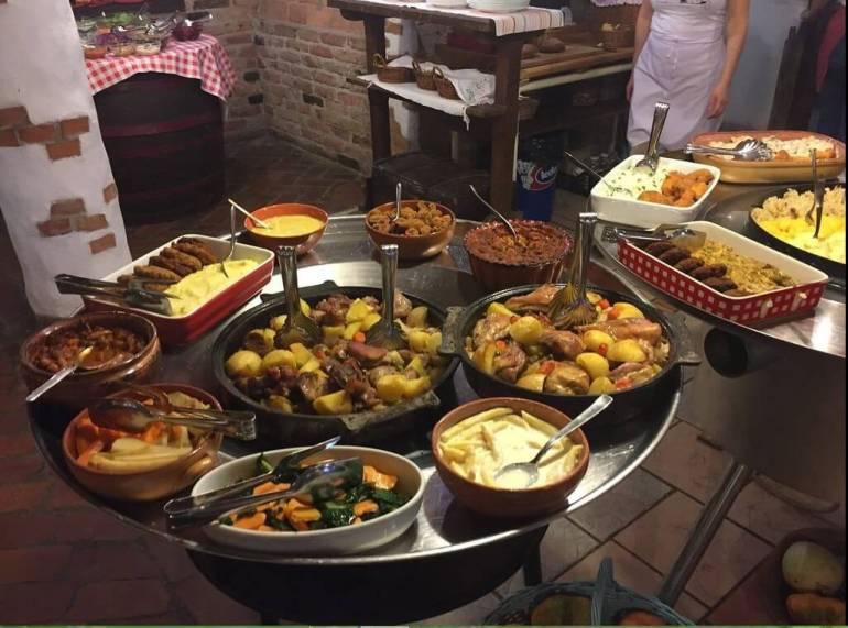 Moslovacki stol repas buffet de plats de croatie centrale à la pension Kezele