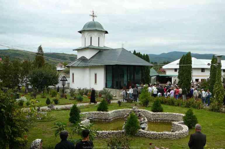 Assemblée de fidèles durant la célébration de la messe de la journée du monastère d'Ostrov