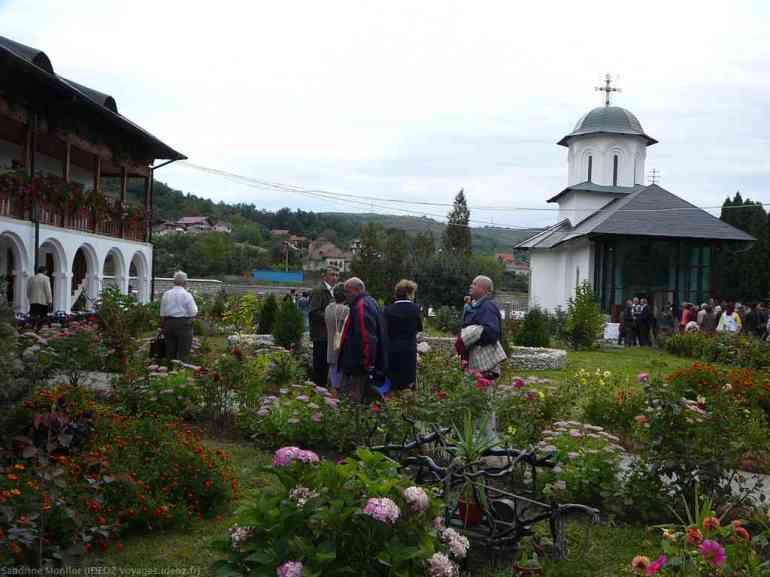 Jardins et église du monastère Ostrov en Olténie