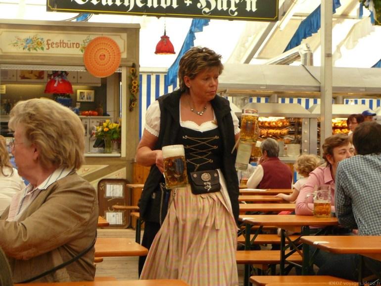 Serveuse en dirndl lors de la fête de la bière de Munich