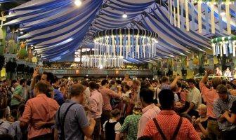 Ambiance sous une tente d'Oktoberfest
