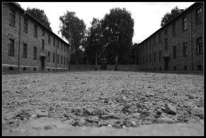 Camp d'Auschwitz cour entre des batiments du musée