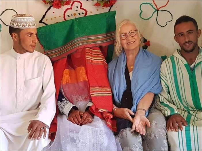 Michèle Jullian lors d'un mariage berbère avec les mariés et le frère du marié