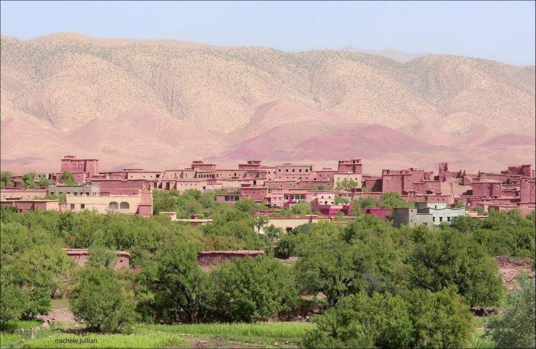 Village de l'Atlas marocain dans la vallée des roses, verdeur de l'oasis