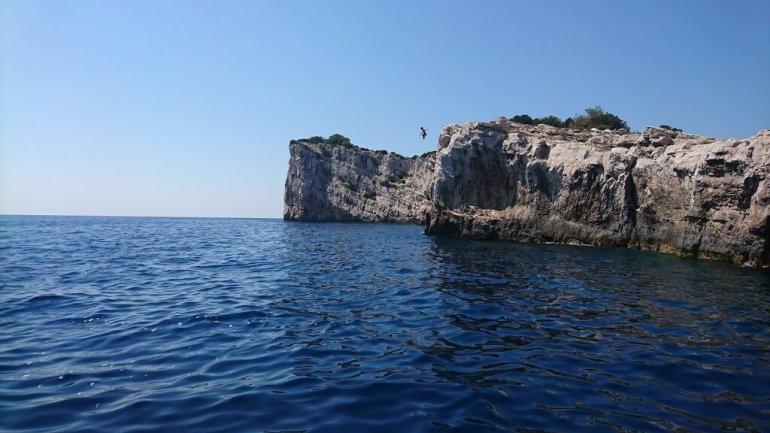 saut depuis les falaises de Dugi Otok