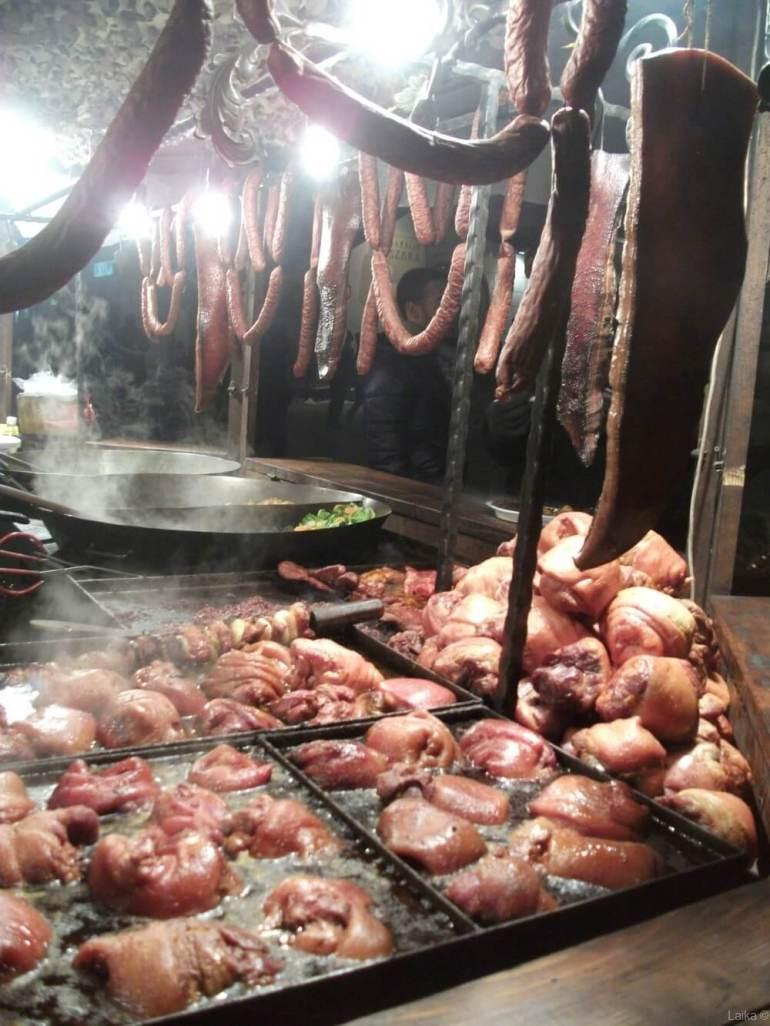 saucisses, lards et jarrets sur le marché de noel de cracovie