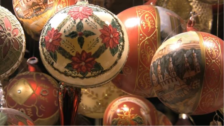 boules de noel faites à la main sur le marché de noel de salzbourg