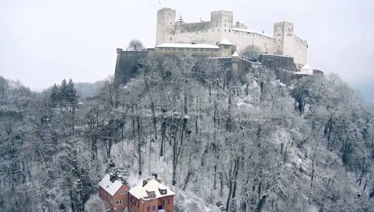 château médiéval dominant salzbourg enneigé
