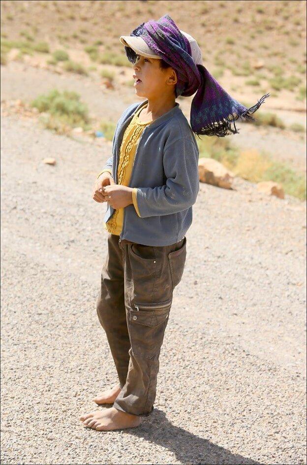 enfant berbère sans chaussure