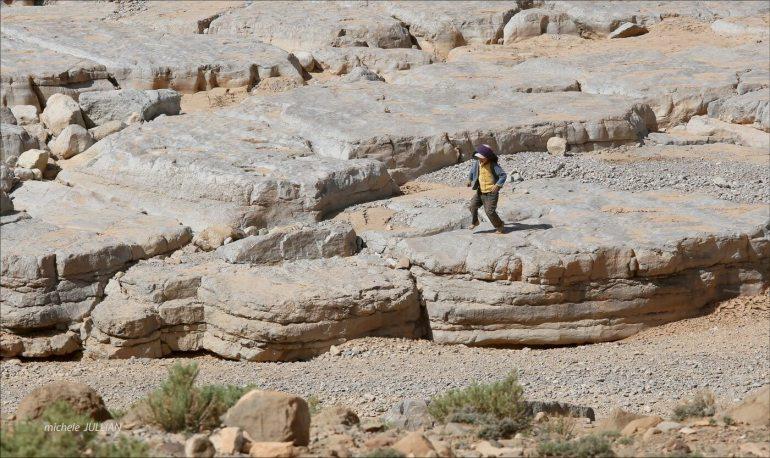 Enfant berbère sautant de rocher en rocher