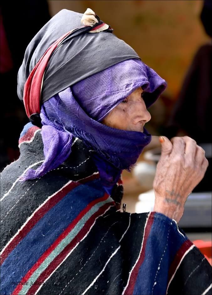 Imilchil insolite (Haut Atlas) femme dans le souk