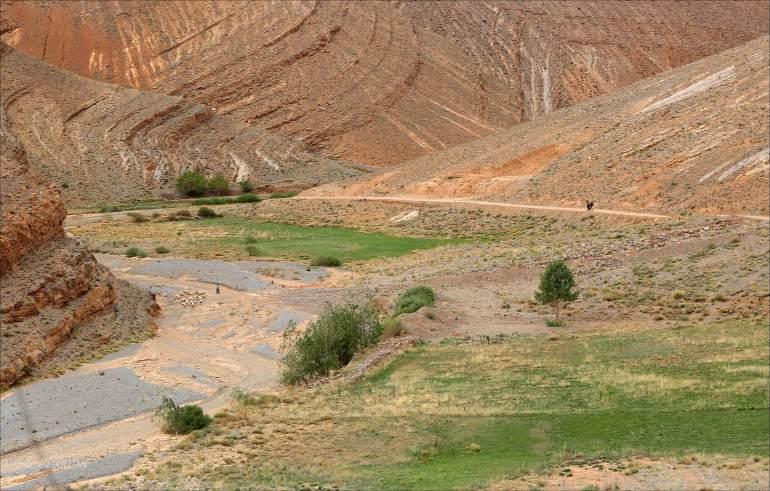 marcher seul sur la route dans le haut atlas marocain
